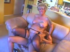 Oma lutscht für ihr Leben gerne