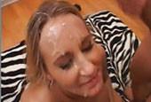 Pralle Blondine steht auf Gesichtsbesamung