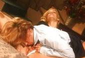 Reiche Lesben fingern sich im Bett
