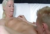 Blondes Paar fickt zum ersten Mal vor der Kamera
