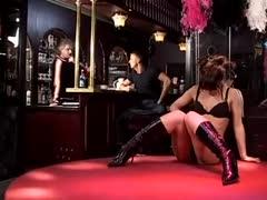 In einem Strip Club auf der Bühne gefickt