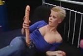 Lesbische Schlampe mit Banane in der Fotze
