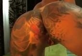 Tattoowierte Amateurin fickt ihre zweil geilen löcher selbst