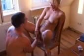 Blonde Hausfrau will gefistet werden