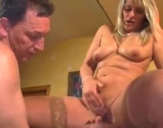 Im Bad überrascht und in den Arsch gefickt -