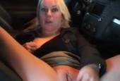 Sexy Blondine im Parkhaus