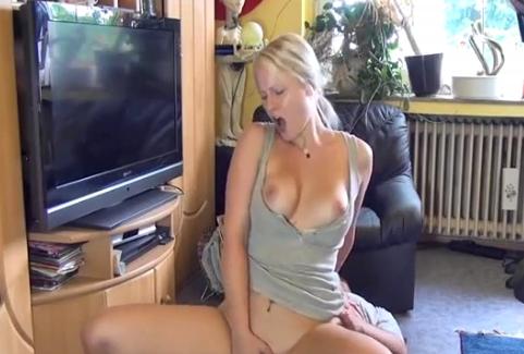 sexgeile hausfrau beim buegeln verfuehrt