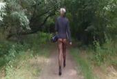 Erotischer Spaziergang der geilen Mutter