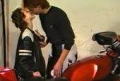 Junges Mädel am Motorrad durchgefickt