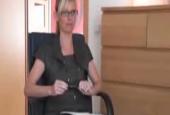 Frau Doktor bei der Therapie vollgespermt