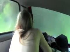 Geiler Orgasmus für junge Schlampe im Auto