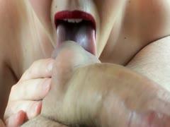 Muttis Mund bringt den Schwanz zum Orgasmus