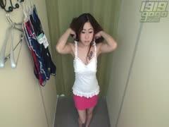 Junge Asiatin macht es in der Umkleidekabine