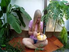 Reizende Blondine vergnügt sich im Garten