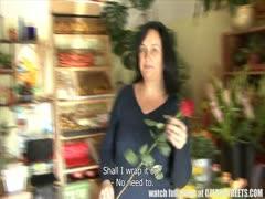 Blumenverkäuferin lässt sich hart durchficken