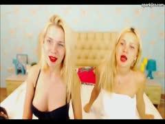 Zwillingsschwestern beim gemeinsamen Sex