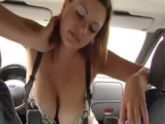 Großbusige Frau reitet die Autogangschaltung