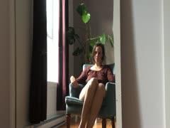 Hausfrau wichst vor dem Fenster
