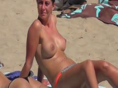 Dicke Titten oben ohne am Strand