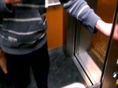 Brünette wird im Aufzug durchgebumst
