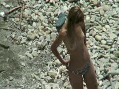 Junges Mädchen ist richtig geil am Strand