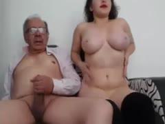 Camgirl mit großen Titten zu besuch bei Opa